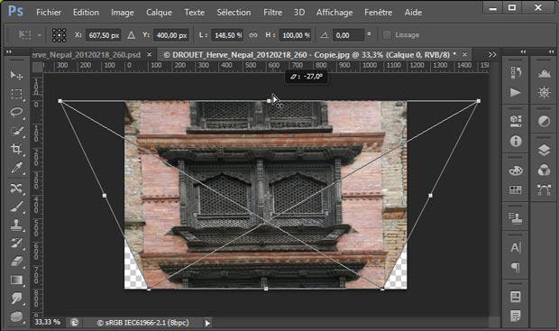 Redresser les perspectives avec Photoshop par le menu Edition - Transformation - Perspective : glissement de la poignée du milieu