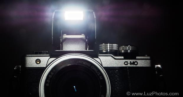 """Photo d'un flash intégré d'appareil photo pour illustrer l'article intitulé """"Le flash intégré est-il toujours utile ?"""""""