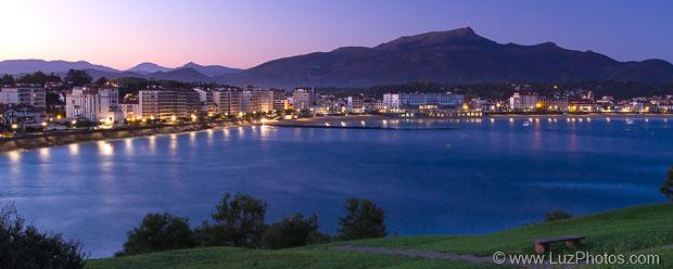 Exemple d'utilisation d'un trépied : photo de la baie de Saint-Jean-de-Luz (à l'heure bleue)
