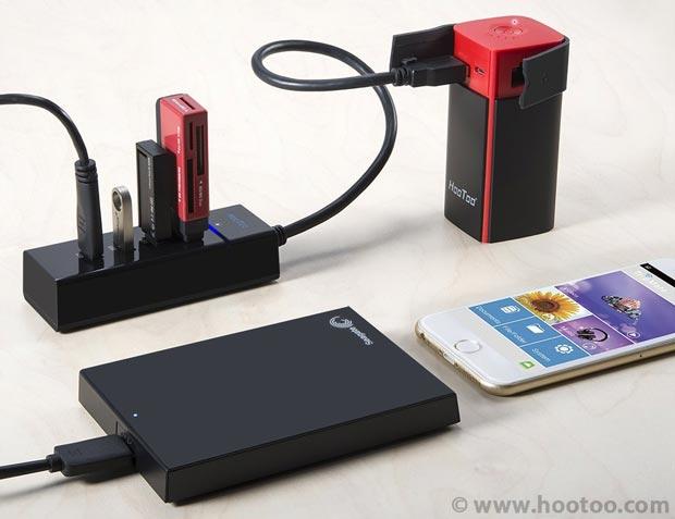 Sauvegarder ses photos en voyage avec un routeur Wi-Fi et son smartphone : HooToo TripMate Titan avec un hub USB et différents supports de stockage
