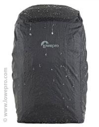 Photo en hiver : housse de protection contre la pluie et la neige d'un sac à dos Lowepro