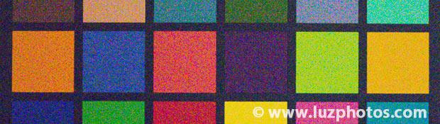 Photo présentant un bruit numérique marqué (zoom sur une partie d'une charte de couleurs)