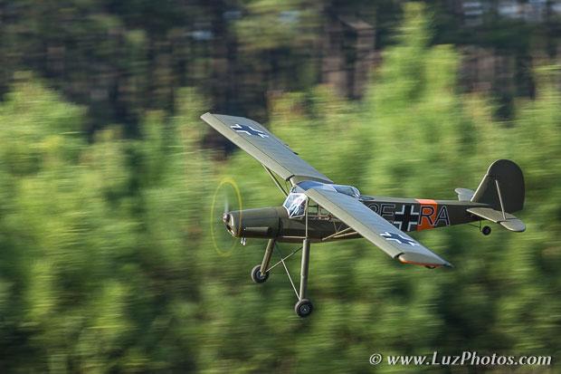 Flou de filé : exemple d'un avion télécommandé sur fond de forêt