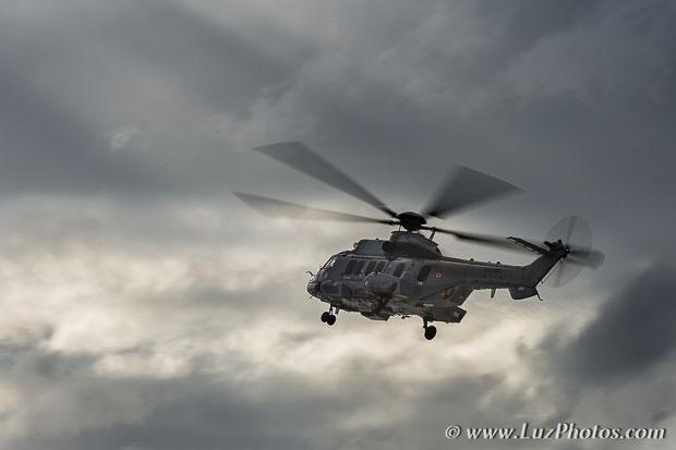 Exemple de flou de mouvement : la vitesse d'obturation choisie permet d'avoir l'hélicoptère net avec un flou de mouvement sur les pales