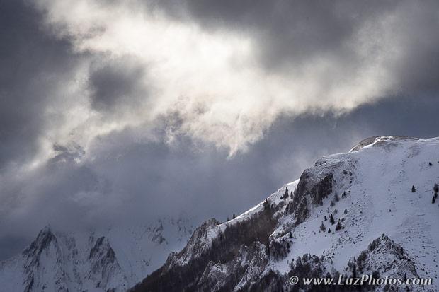 Stage photo d'hiver dans les Pyrénées - rayon de soleil sur la crête d'une montagne enneigée