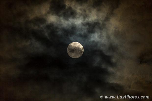 Photo de la lune entourée de nuages : impression d'une perle (la lune) dans son écrin (les nuages)