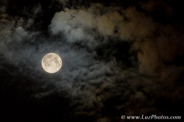 Photo de la lune avec des nuages - montage final (fusion de 2 photos)