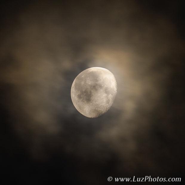 Photo de la lune entourée de nuages