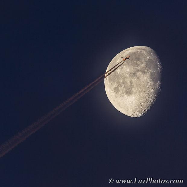 Photo de la lune avec un avion de ligne passant devant